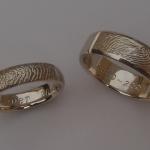 Tr10 - Unieke witgouden trouwringen met elkaars vingerafdruk; damesring rond en herenring strakker uitgevoerd 736 × 445