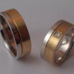 Tr11 - Bijzondere trouwringen, combinatie witgoud-geelgoud, met in de damesring een prinses geslepen diamant