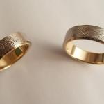 Tr19 - Trouwringen met de vingerafdruk van elkaar, uitgevoerd met een basisring van geelgoud en erover heen een witgouden ring