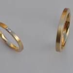 Tr25 - Fijn uitgevoerde trouwringen, met baquette geslepen diamant. Herenring kan ook breder uitgevoerd worden.