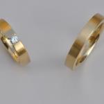 Tr27 - Pure trouwringen met diamant van 0,14 karaat