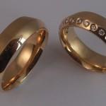 Tr34 - Schitterende 14 karaat geelgouden trouwringen uitgevoerd met 12 diamanten