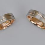 Tr42 - Trouwringen, onderliggende ring rose goud, bovenliggende ring witgoud, in opdracht vervaardigd