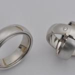 Tr44 - Bijzondere draaiende witgouden trouwringen. Binnenste ring is mat uitgevoerd. Damesring met briljant van 0,04 krt