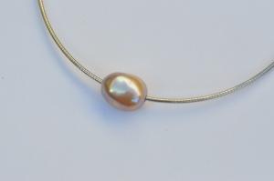Zilveren omega collier met barok grijs kleurige zoetwater parel
